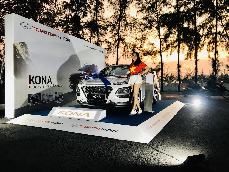 Hyundai Kinh Dương Vương trưng bày xe Kona tại sân trường Đại Học Tôn Đức Thắng