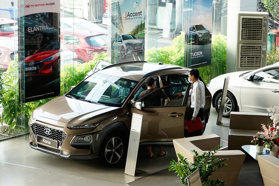 Hyundai KONA nổi bật trong phân khúc B-SUV với 3 phiên bản với các trang bị an toàn cao cấp như cảnh báo điểm mù, cảnh báo lùi phương tiện cắt  ngang,...